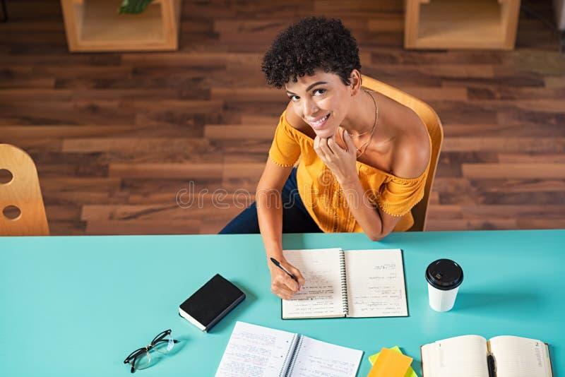 Lyckligt le studera för flicka royaltyfri fotografi