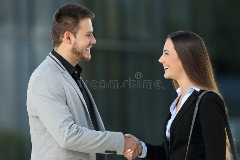 Lyckligt ledaremöte och handshaking på gatan royaltyfri fotografi