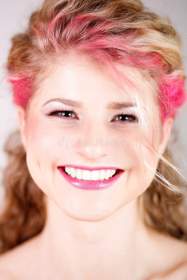 Lyckligt leende av kvinnan med coloful makeup arkivbild