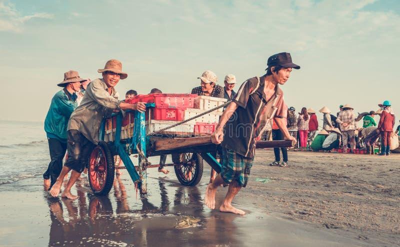 Lyckligt leende på arbete, långa Hai Beach, Vietnam arkivbilder