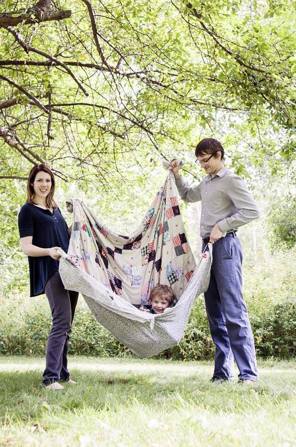 lyckligt leka barn för familj royaltyfri fotografi