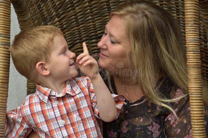 Lyckligt litet barn med dagbarnflickan fotografering för bildbyråer