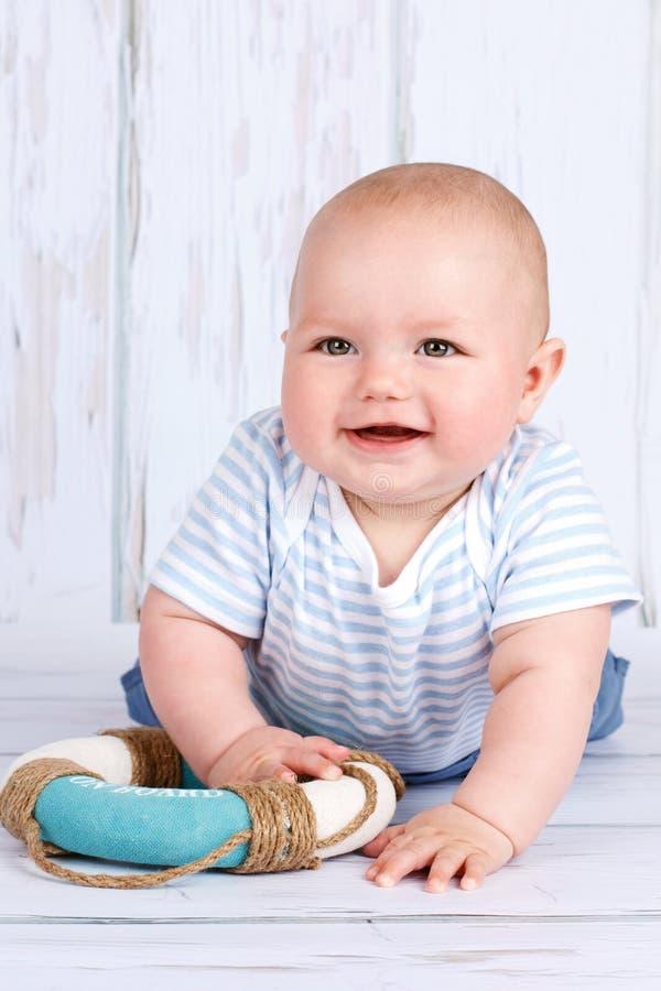 Lyckligt litet litet barn med livbojet arkivbilder