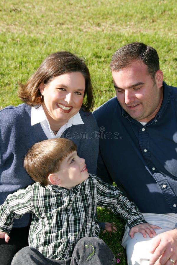 lyckligt litet för familj arkivfoton