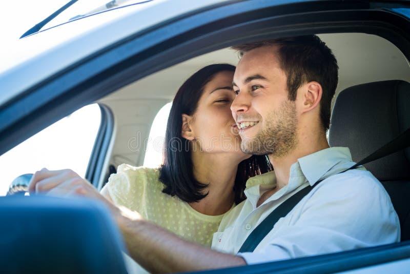 Lyckligt liv - par i bil royaltyfri bild