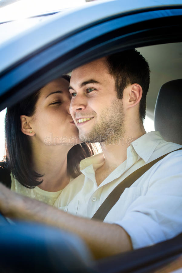 Lyckligt liv - par i bil arkivfoton