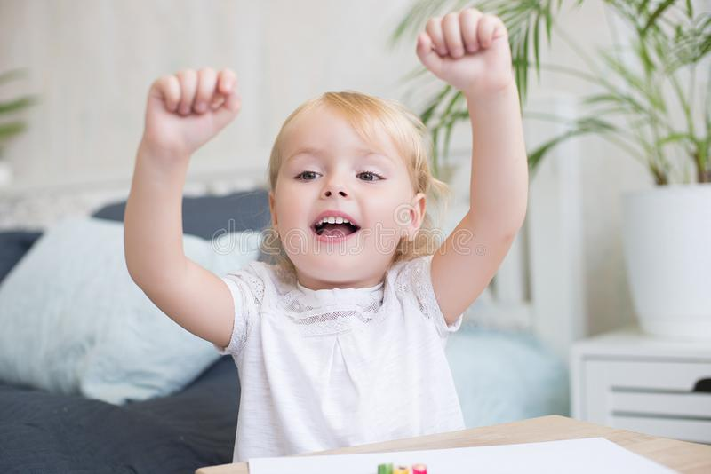 Lyckligt livligt liten flickabifall arkivfoto