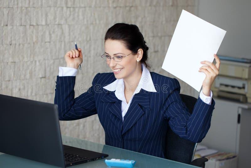 lyckligt lyckat för affärskvinna arkivbilder