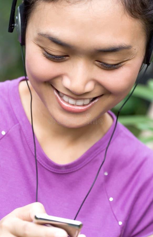 lyckligt lyssnar musikkvinnan arkivfoton