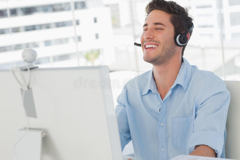 Lyckligt märkes- skratta under en online-kommunikation royaltyfria foton