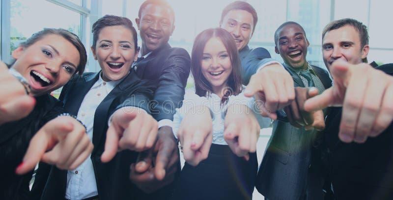 Lyckligt mång--person som tillhör en etnisk minoritet affärslag med tummar upp i kontoret royaltyfria bilder