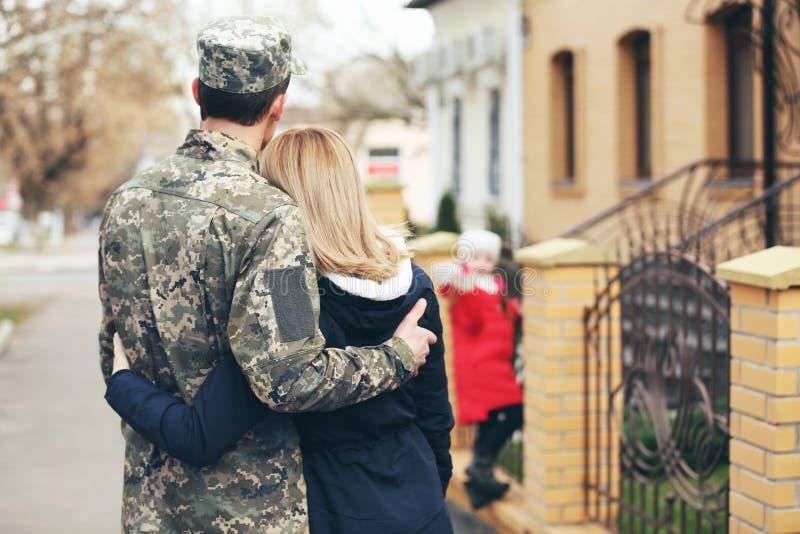 Lyckligt möte av soldaten med familjen royaltyfri bild
