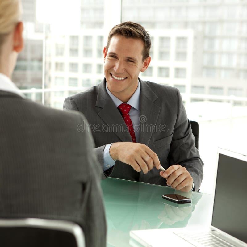 lyckligt möte för affärsman royaltyfri fotografi