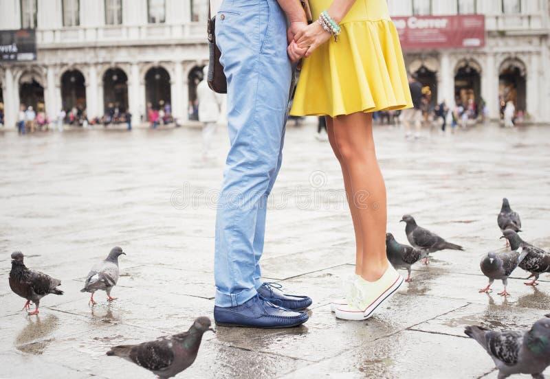 Lyckligt möte och kyssa för par royaltyfri bild