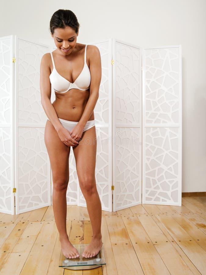 Lyckligt med hennes viktförlust fotografering för bildbyråer