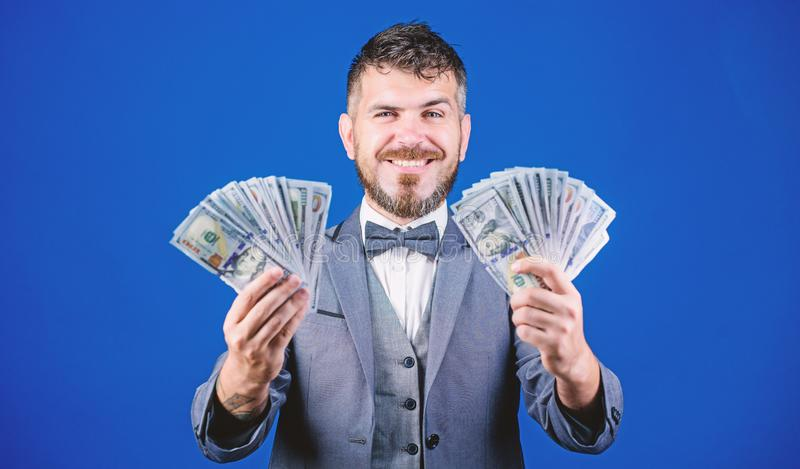 Lyckligt med smarta investeringar Valutam?klare med packen av pengar Framst?llning av pengar med hans aff?r Aff?rsstart arkivfoto