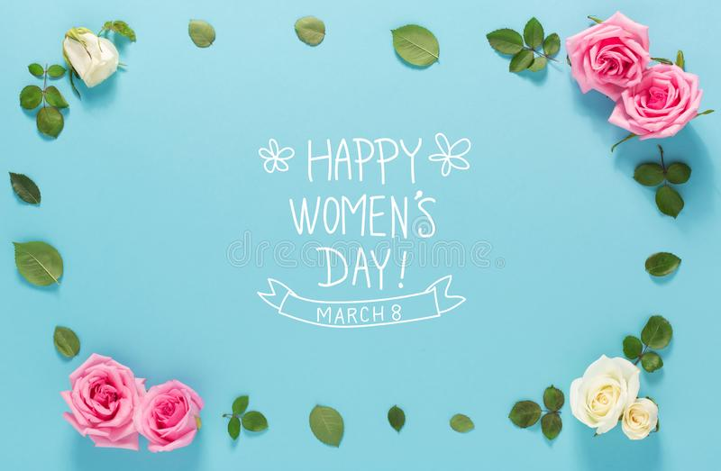 Lyckligt meddelande för dag för kvinna` s med rosor och sidor royaltyfria bilder