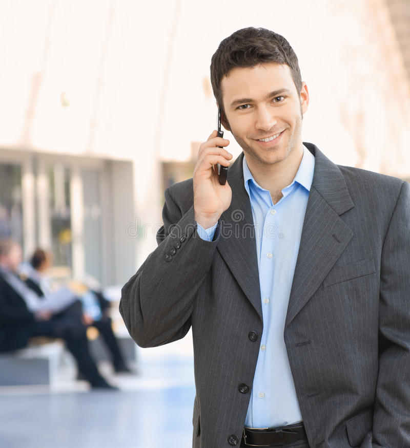 lyckligt mobilt samtal för affärsman arkivbilder