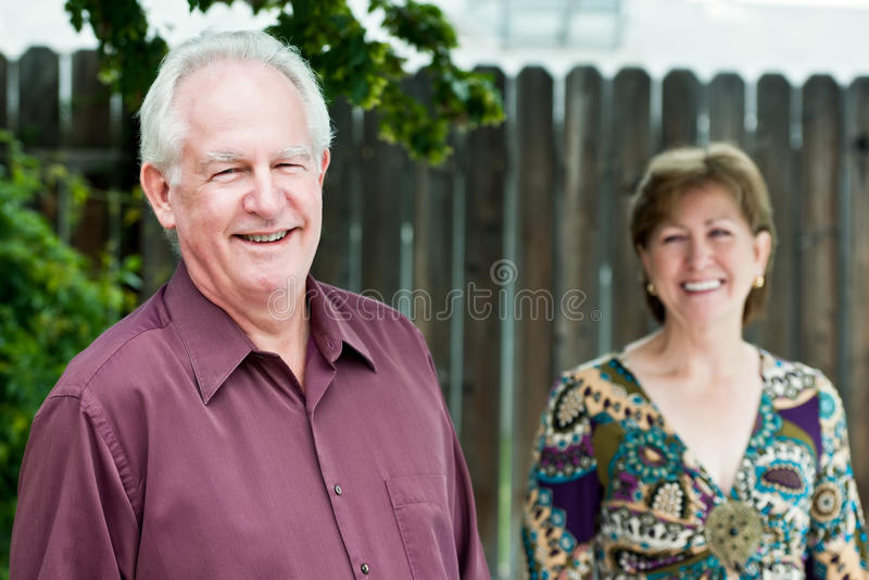 lyckligt moget för par utomhus royaltyfria bilder