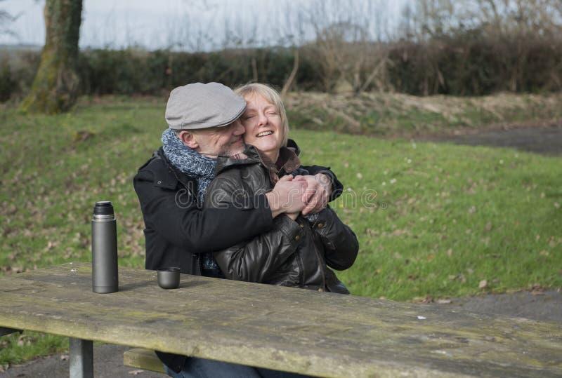 lyckligt moget för par utomhus arkivbild