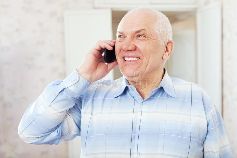 Lyckligt mogna manen talar ringer by arkivbilder