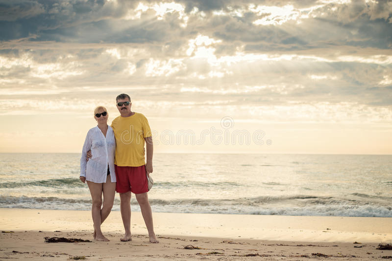 Lyckligt mogna par i mitt- femtiotal royaltyfria foton