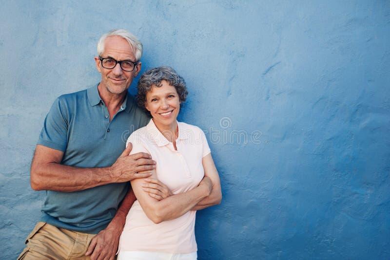 Lyckligt mogna par som tillsammans står fotografering för bildbyråer