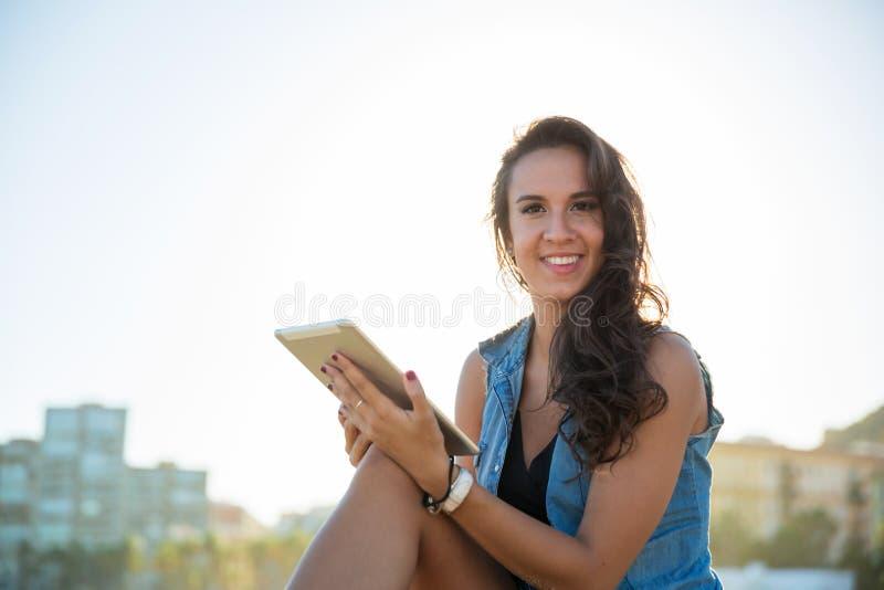 Lyckligt nätt kvinnasammanträde utanför den hållande minnestavlan arkivfoto
