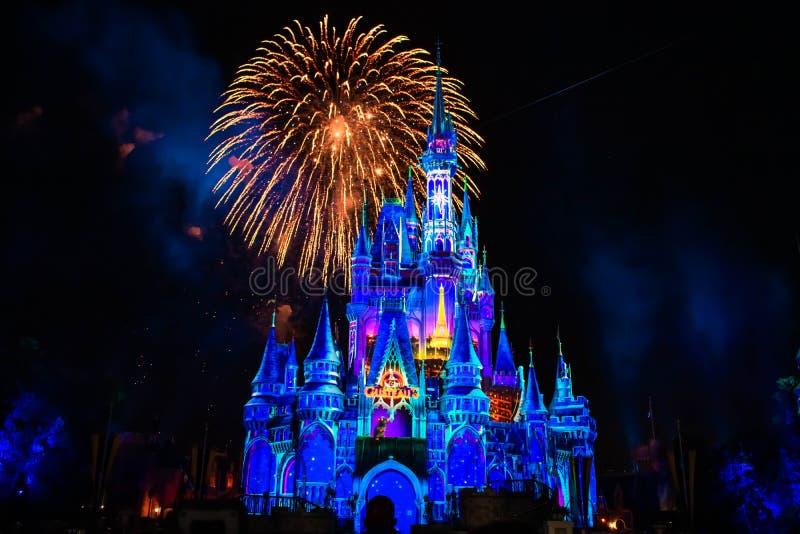 Lyckligt någonsin efter är spektakulära fyrverkerier visar på Cinderellas slott i magiskt kungarike 5 arkivfoto