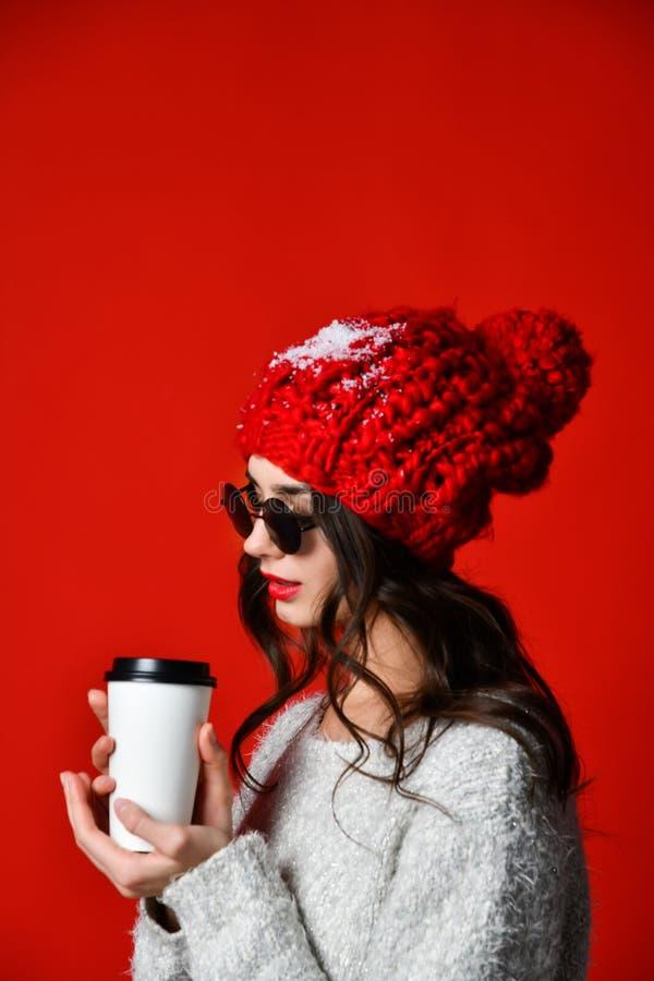 Lyckligt n?tt dricka f?r ung kvinna kaffe-till-g?r och att t?nka i staden royaltyfri fotografi