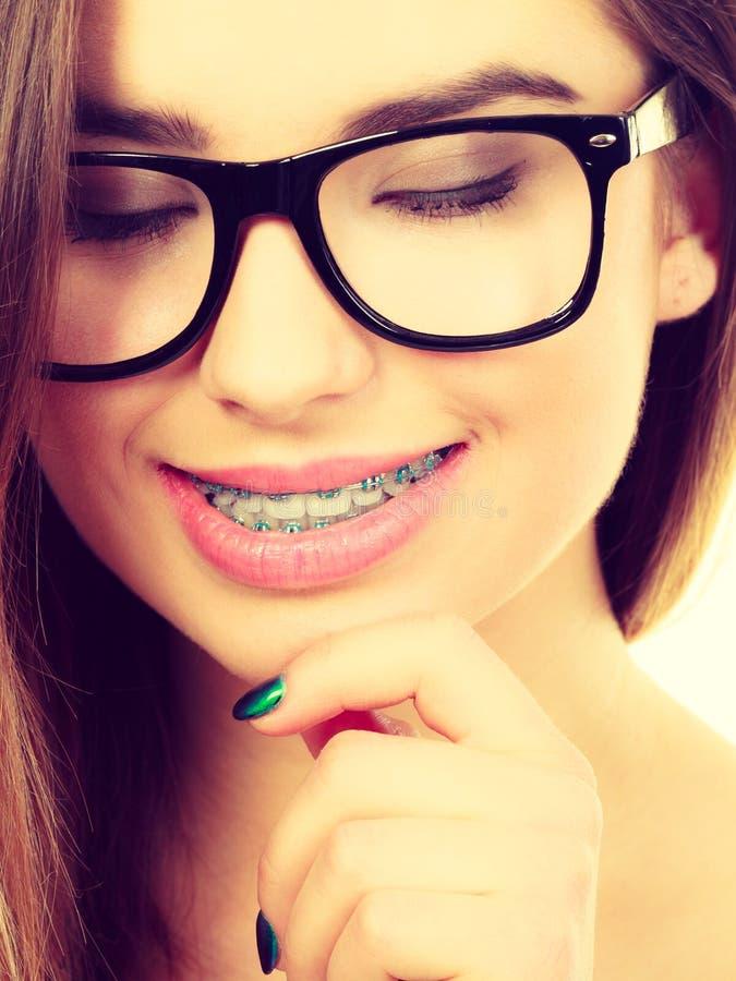 Lyckligt nerdy tonårs- med bärande glasögon för stag royaltyfri foto
