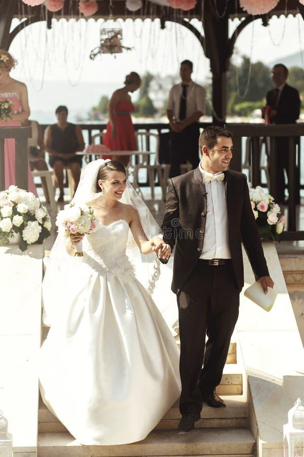 Lyckligt nygift persongift par arkivfoto