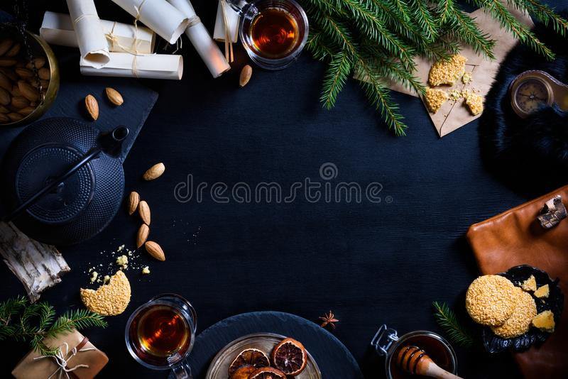 Lyckligt nytt år eller jul bakgrund, mat på den lekmanna- tabelllägenheten royaltyfri fotografi