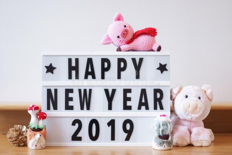 Lyckligt nytt år 2019 Enligt den kinesiska djura zodiaken är 2019 ett svinår Kopieringsutrymme på rakt till att skriva personligt fotografering för bildbyråer
