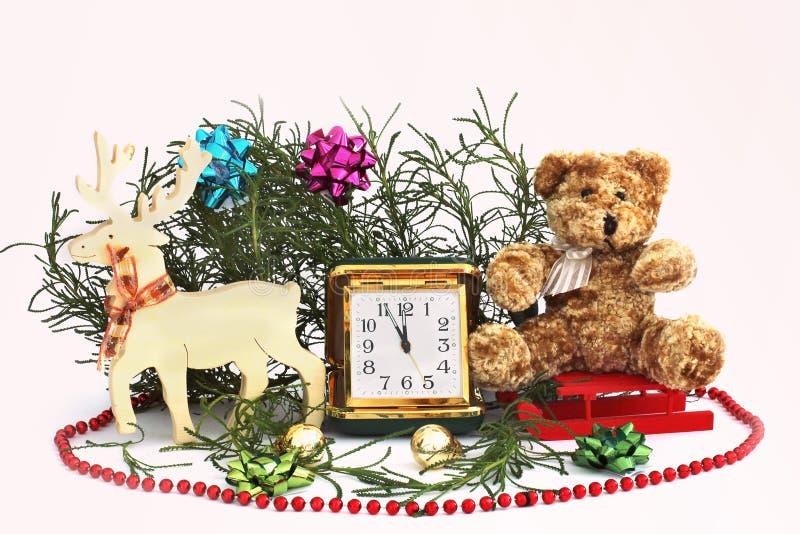 lyckligt nytt år för julsammansättning för bauble blått exponeringsglas Isolerat på vit Julhjortar med den gammal resande klockan arkivbild