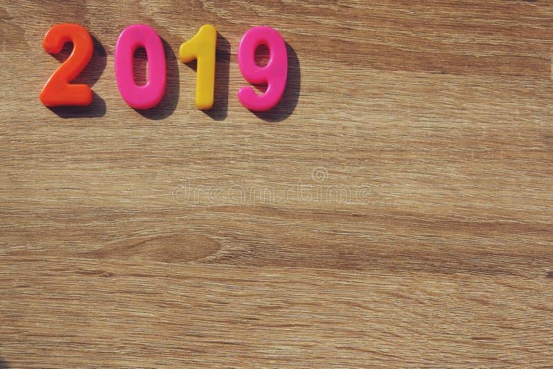Lyckligt nytt år 2019, magnetiska alfabetbokstäver & nummer - plast- bildande leksak arkivfoton