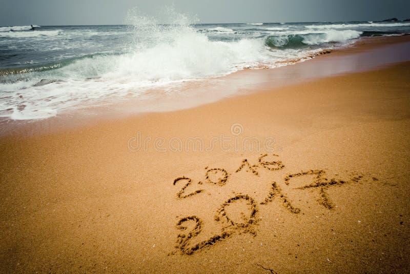 Lyckligt nytt år 2017 på stranden royaltyfri foto