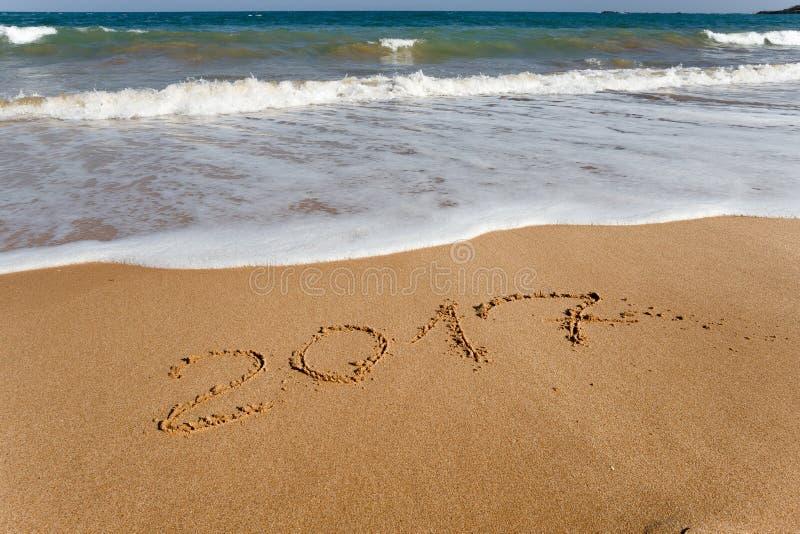 Lyckligt nytt år 2017 på stranden royaltyfria foton