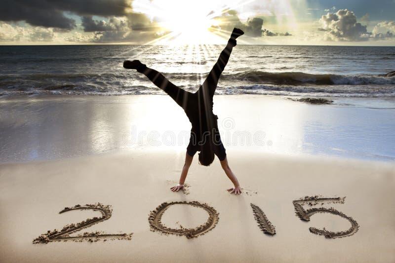 Lyckligt nytt år 2015 på stranden med soluppgång arkivbilder