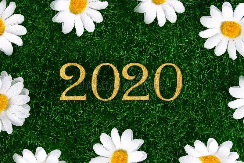 Lyckligt nytt ?r 2020 Skriftligt lyckligt nytt år 2020 för idérik text i guld- träbokstäver royaltyfria foton
