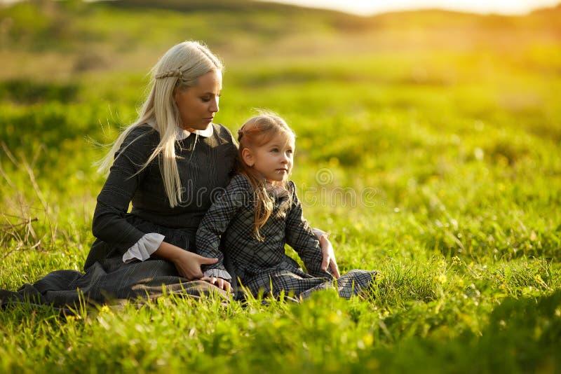 Lyckligt och älska familjen i natur royaltyfri foto
