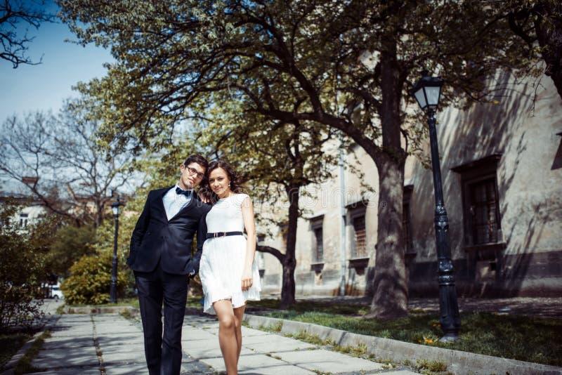 Lyckligt och älska par som går och, gör fotoet i den gamla staden royaltyfria foton