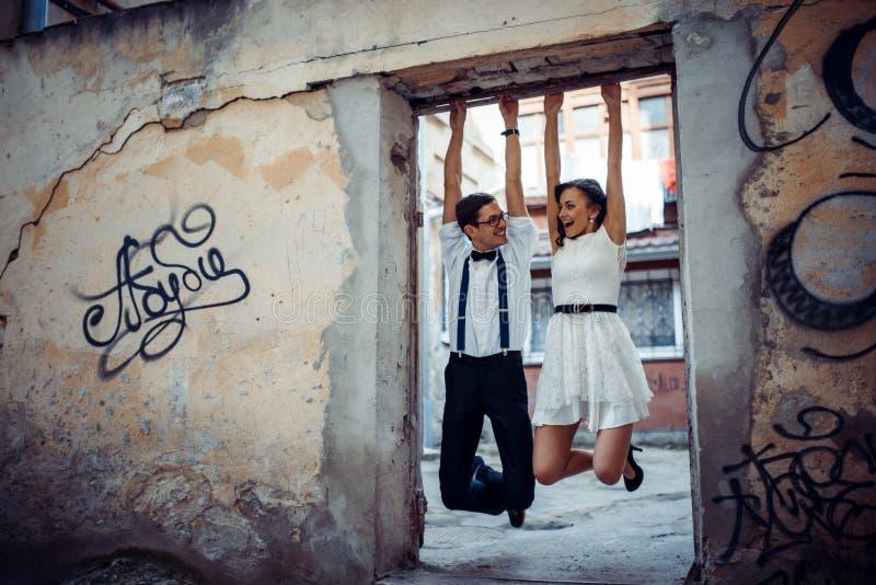 Lyckligt och älska par som går och, gör fotoet i den gamla staden royaltyfri fotografi