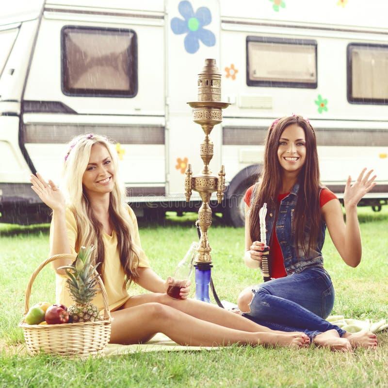Lyckligt och att le vänner som har en picknick utomhus Sommar tur, H royaltyfria foton