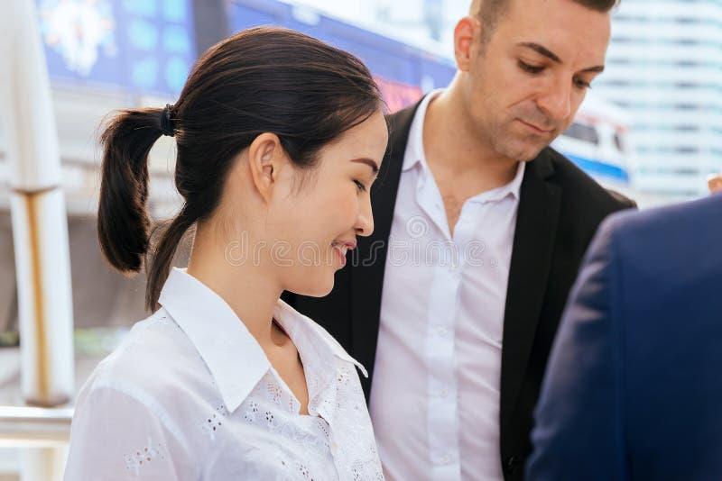 Lyckligt och le den asiatiska affärskvinnan som diskuterar det viktiga avtalet under mötet royaltyfria foton