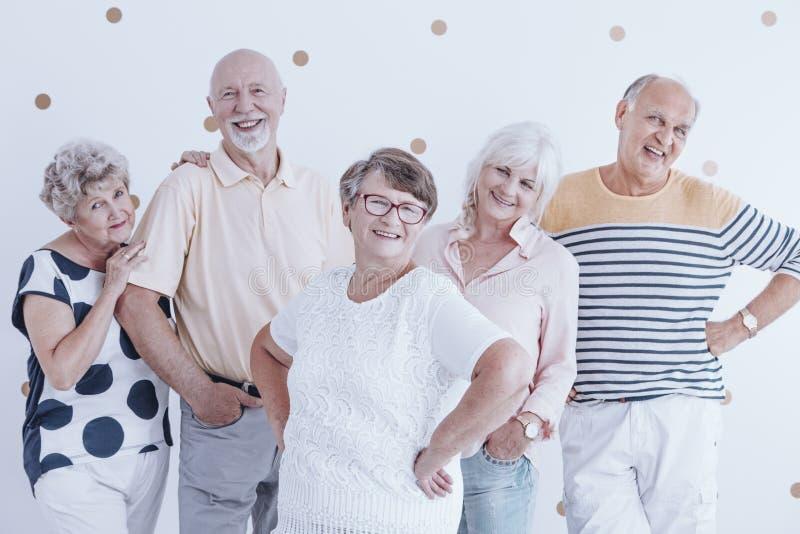 Lyckligt och le gruppen av högt folk arkivbild