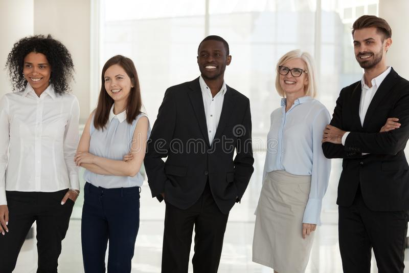 Lyckligt olikt företagspersonalanseende som inomhus poserar skytte royaltyfria bilder