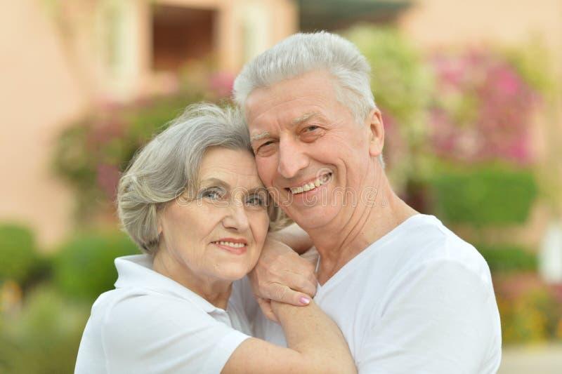 Lyckligt omfamna för åldringpar fotografering för bildbyråer