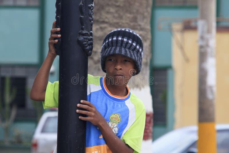 Lyckligt peruanskt barn som mycket är fattigt men arkivbilder