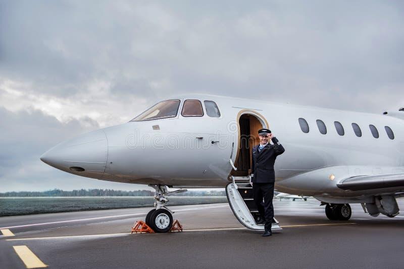 Lyckligt pilot- gå ut från nivån royaltyfria foton